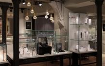 时尚新颖的展柜有独特优势吸引消费者!