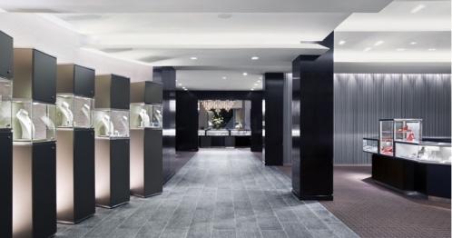一位来自香港的珠宝商家在凡路采购珠宝柜