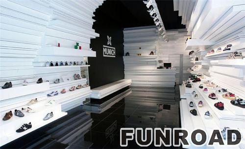 鞋店采用独特设计,配有带灯的壁挂式柜台