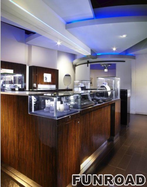 新风格的商场经理总是在珠宝购物中心的珠宝陈列柜台