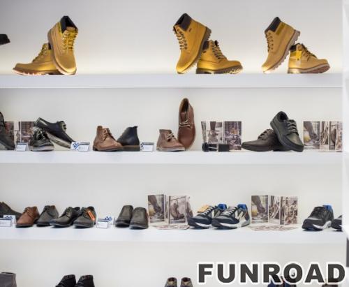 白色绘制的木质鞋子展示架与LED灯制作的品牌鞋子展示架