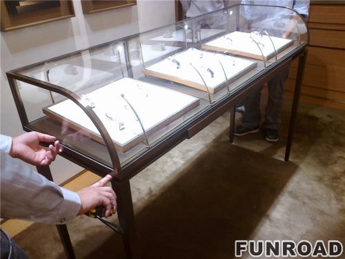 不锈钢弧形珠宝展柜实拍图