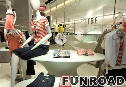 采用MDF显示屏的高档服装展示柜