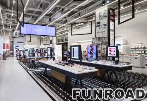 购物中心小摊上的化妆品展柜