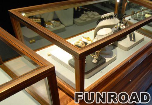 实木陈列柜,顶部玻璃立方体,独特珠宝商店装饰展柜。