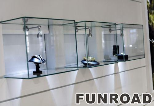白色MDF收银台、壁挂式玻璃立方体和用于珠宝商店设计的叠层木展柜
