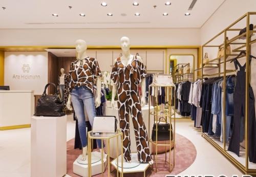 木质烤漆服装展示架设计女士服装店室内设计