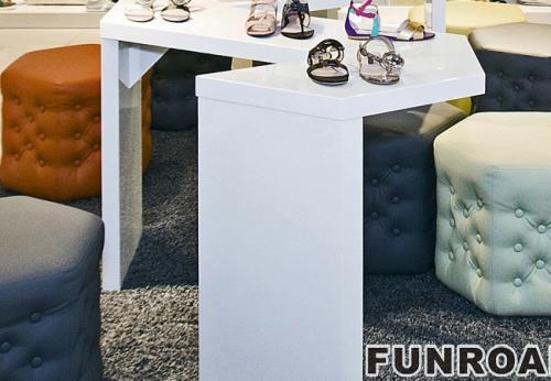 白色绘制的MDF展示柜鞋店室内设计