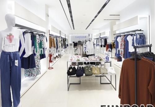 女士服装店设计时尚的木制展示柜