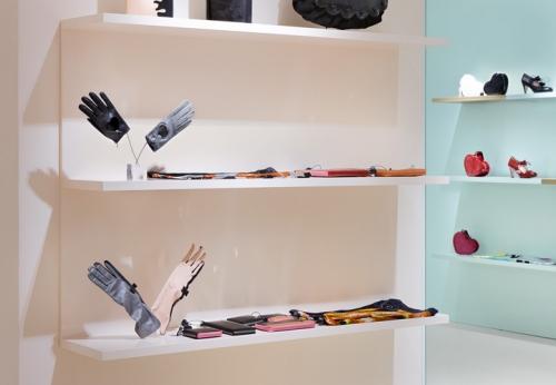 壁挂式木制展示架货架鞋子店室内设计