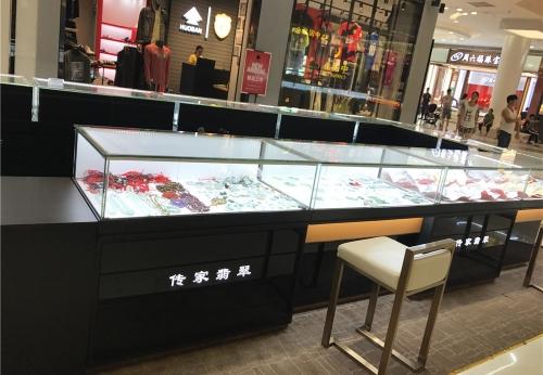 传家翡翠珠宝展柜台现场实拍图