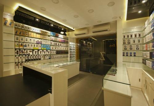 小温馨装饰手机店室内设计与玻璃配件展示货架和柜台