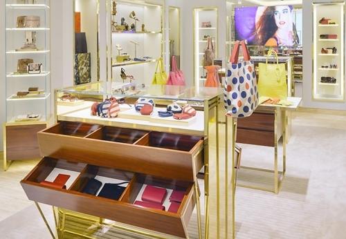 女士包包展示柜台柜零售店室内设计