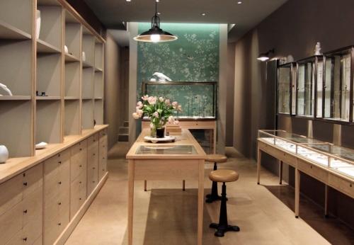 商场中高端翡翠色珠宝展示柜制作案例