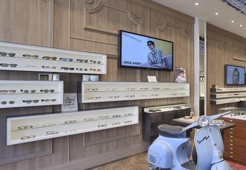 高端玻璃显示屏,以LED灯为光学商店内部柜台设计