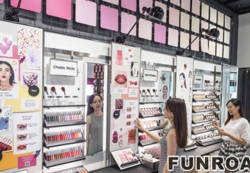 定制的木制展柜和带有LED灯的橱柜和化妆品商店的展示柜