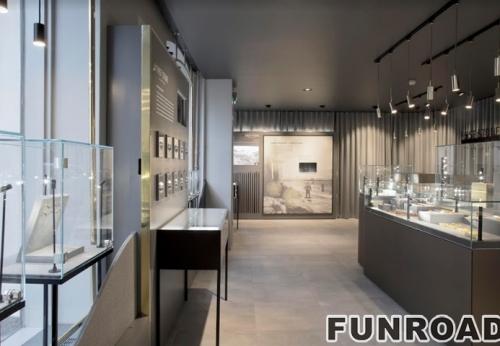 购物中心的珠宝亭设计,带有LED照明的木制展示柜台和玻璃橱窗