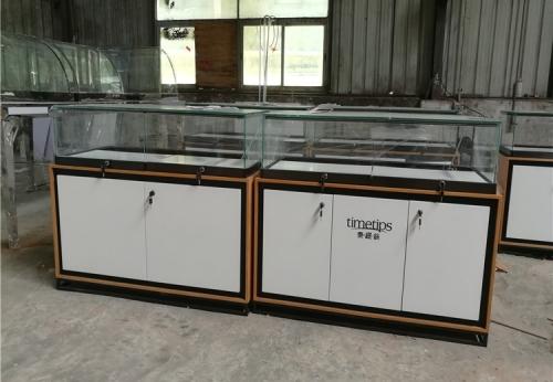 在商场里的珠宝展示柜和橱窗设计创意亭