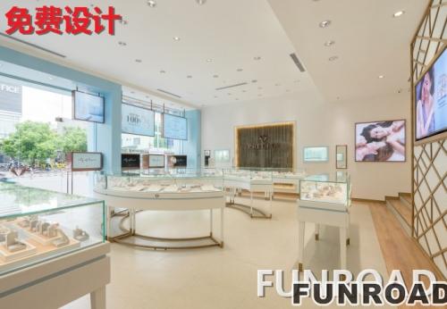 珠宝店铺顾客,定制白色玻璃珠宝展柜