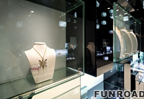 充满艺术气息的珠宝店展柜