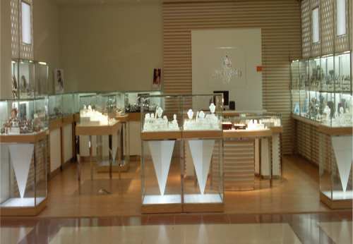 白色零售店货架木制橱窗设计